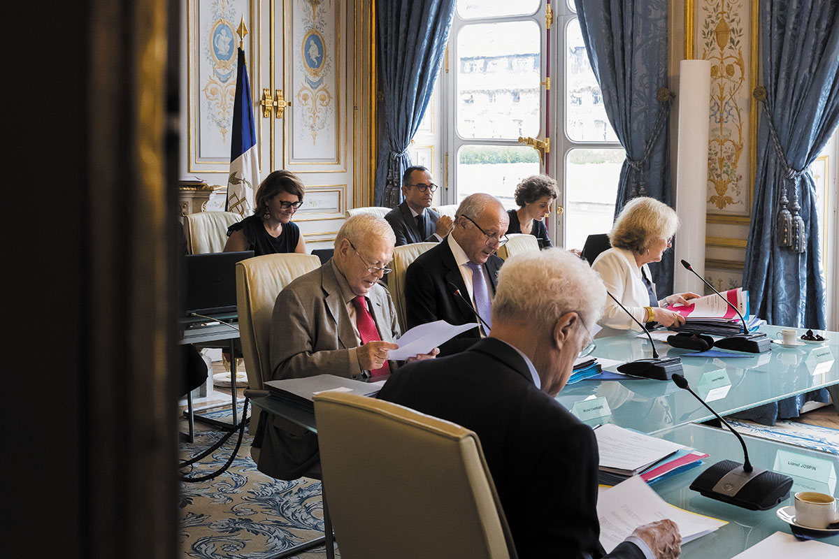 15424444b98 Les membres du Conseil constitutionnel se réunissent dans la salle des  délibérés pour prendre leurs décisions