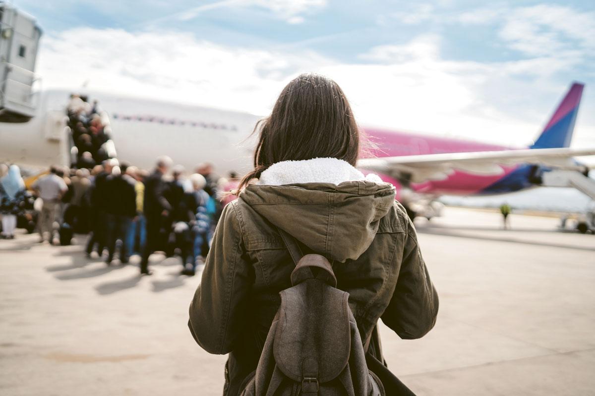 Le législateur n'a pas entendu associer les transporteurs aériens au contrôle de la régularité de ces documents effectué par les agents de l'État.