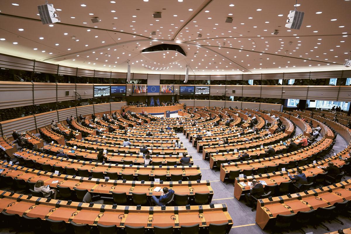 Seules les listes ayant obtenu au moins 5 % des suffrages exprimés sont admises à la répartition des sièges.