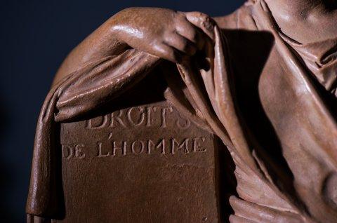 photographie d'une reproduction de statue de l'allégorie des droits de l'Homme